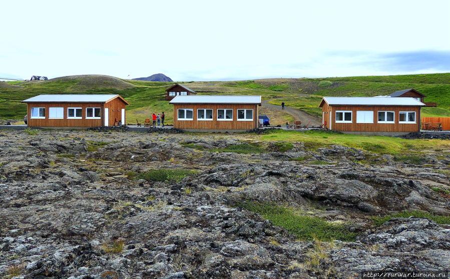 Отель стоит посреди вулканического поля лавы
