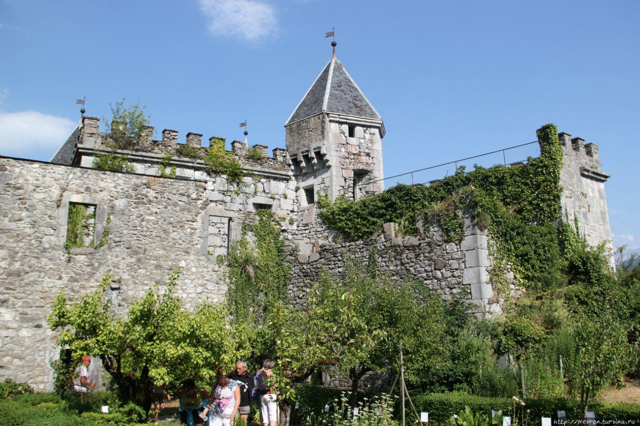 за стенами виднеется одна из башен донжона