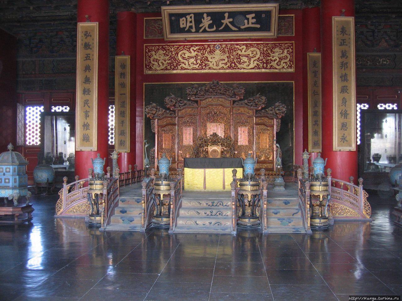 Гугун. Императорский трон