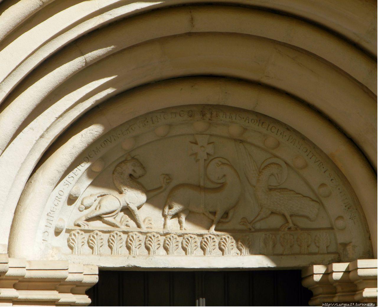 Романский фронтон на церк