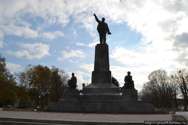 Современный памятник Лени