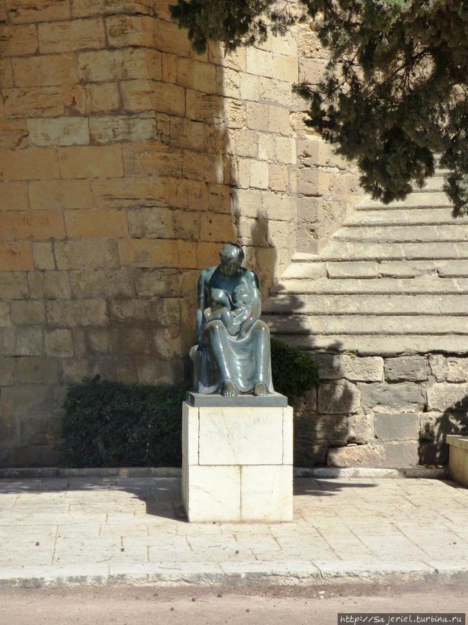 Статуя на детской площадке у стен крепости