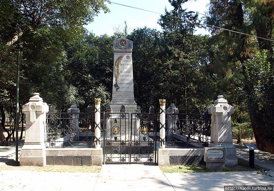 Ученикам военного училища, которые были убиты или ранены 13 сентября 1847 года. Памятник поставлен Парфирием Диасом в 1884 году. Соответственно он же заасфальтировал площадку рядом с памятником и источником.