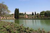 Небольшое озеро расположено в центре огромной прямоугольной площади (