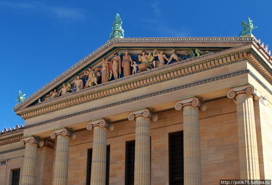 На фронтоне музея скульптуры в том виде, как их замышляли греки, — раскрашенные.