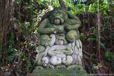 Уже на подходе к Лесу Обезьян, встречается масса скульптур с обезьянами.