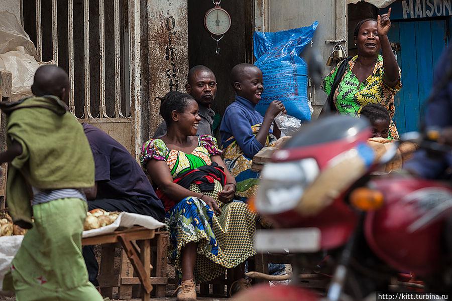 На фотокамеру реагируют по-разному. Кто-то смеется, кто-то грозит, кто-то бежит с палкой. Букаву, ДР Конго