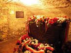 В этом саркофаге в костеле Св.Лаврентия покоится обезглавленное тело Коронного Гетмана Станислава Жолкевского,выкупленное за огромную сумму у Турецкого Султана его семьей и родными.А голова,по преданию,выкупленная чуть позже,лежит отдельно от саркофага в нише в золотом инкрустированном кубке.