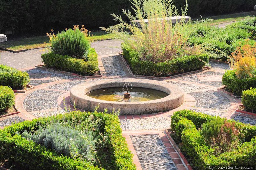 А теперь обратно в сад, здесь есть множество уютных уголков для уединения.