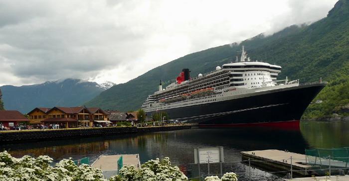 Queen Mary 2 в порту Флам
