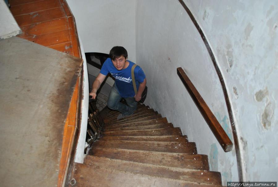 Лестница, ведущая к телескопу, подаренному В.П. Энгельгардтом