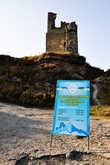Перед самой вершиной, у входа на территорию крепости, расположена касса, в виде стареньких жигулей, в которой, за символическую плату, можно приобрести входной билет.