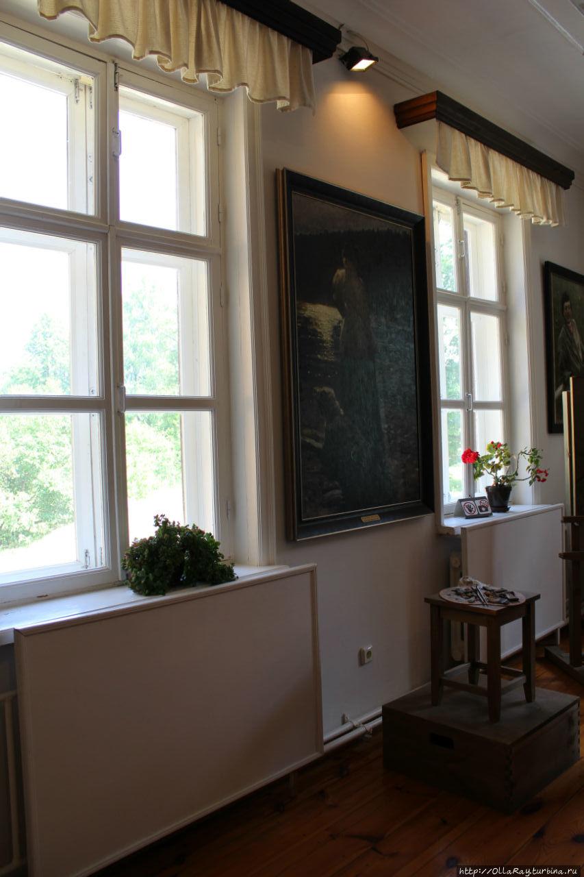 Мастерская Ильи Ефимовича — самое светлое помещение в доме. Из этих окон открывается вид но горку, насыпанную специально для натурщиков.  Позирующий становился на неё, а художник писал картины в мастерской.