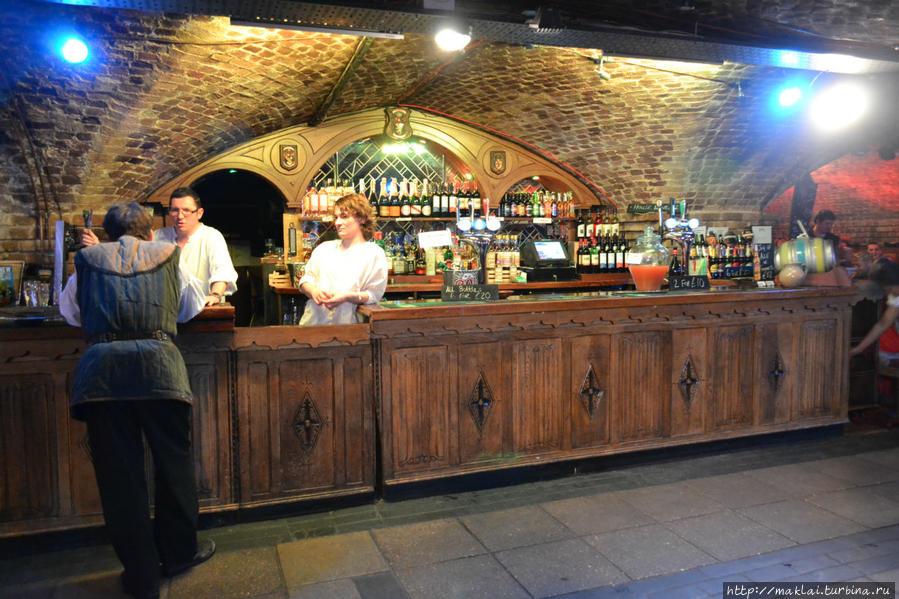 Не вполне средневековый бар.