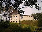 Вот, примерно то, что я увидела: до наших дней дошла одна башня из трех, а также несколько участков каменных оборонительных стен. Небогато конечно(особенно по сравнению с Луцком). Но все еще хранит остатки богатой событиями истории замка...