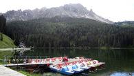 Летом по озеру катаются на катамаранах. Если уж совсем нечего делать.