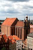 чуть правее поражает роскошным завершением восточного фасада костел Девы Марии, построенный монахами-францисканцами в 1270-1300 гг.