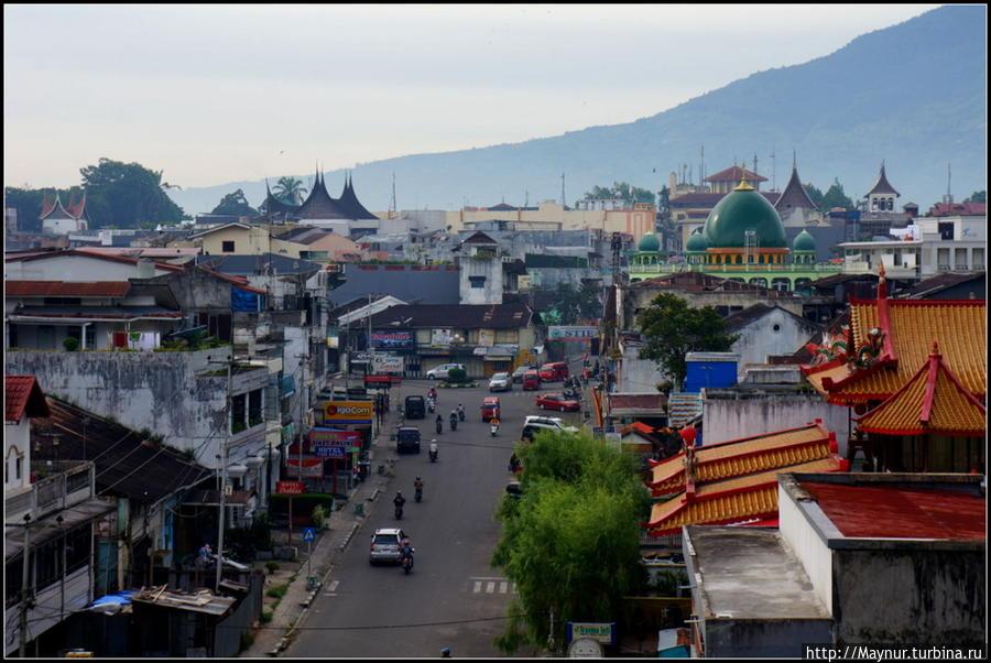 Вид   на  город  с  моста. Букиттинги, Индонезия