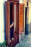 Из всех окон и дверей выглядывают местные жители, те, кто остался дома.