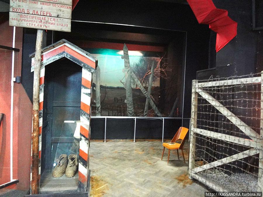 Подлинные указатель, будка и обувь охранника на входе в концентрационный лагерь.