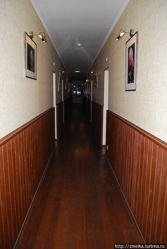 В коридорах полумрак, свет зажигается по движению