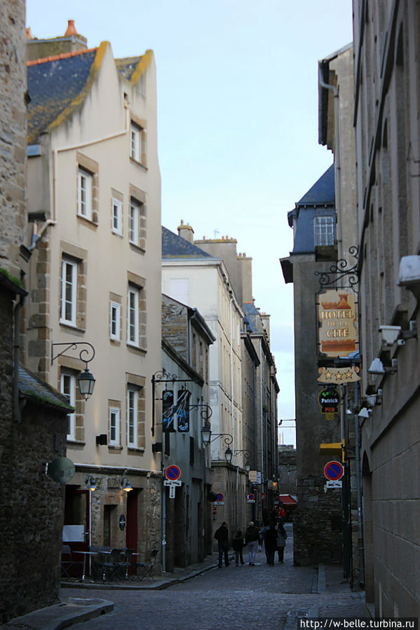 Улочка Sainte-Barbe, на которой расположен отель.