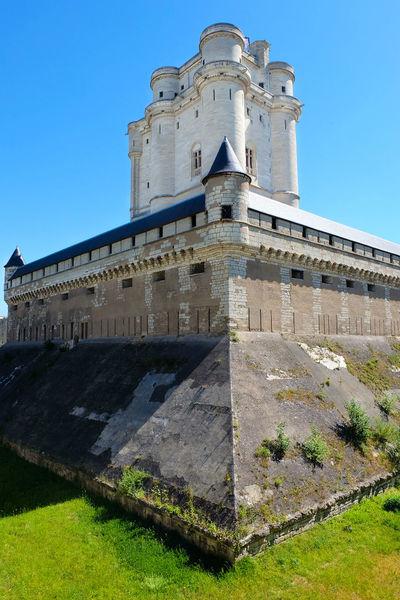Последними в этой жизни великий принц Конде увидел эту канаву и эти стены