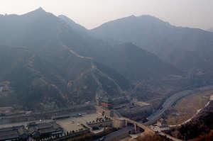 Здесь хорошо видно, как стена пересекает долину и автодорогу