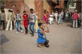 Туристов в самом Красном форте и вокруг него всегда много. Причем большинство из них — сами индийцы. Эта стройная индианка с увлечение что-то снимает на мыльницу. Дорогих фотокамер в руках индийских туристов практически нет. Это — не японцы...