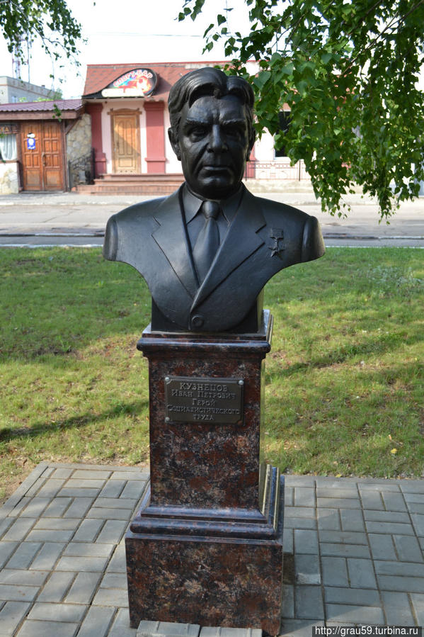 Кузнецов Иван Петрович (1927 -2005) -Герой Социалистического Труда с 1971 года, заслуженный мелиоратор РФ. С 1965 года по 1972 года был первым секретарем Марксовского райкома партии, с 1972 года начальником «Главсредволговодстроя» (позже – «Саратовмелиоводстроя») .
