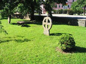 Старинные шведские каменные кресты на церковном кладбище