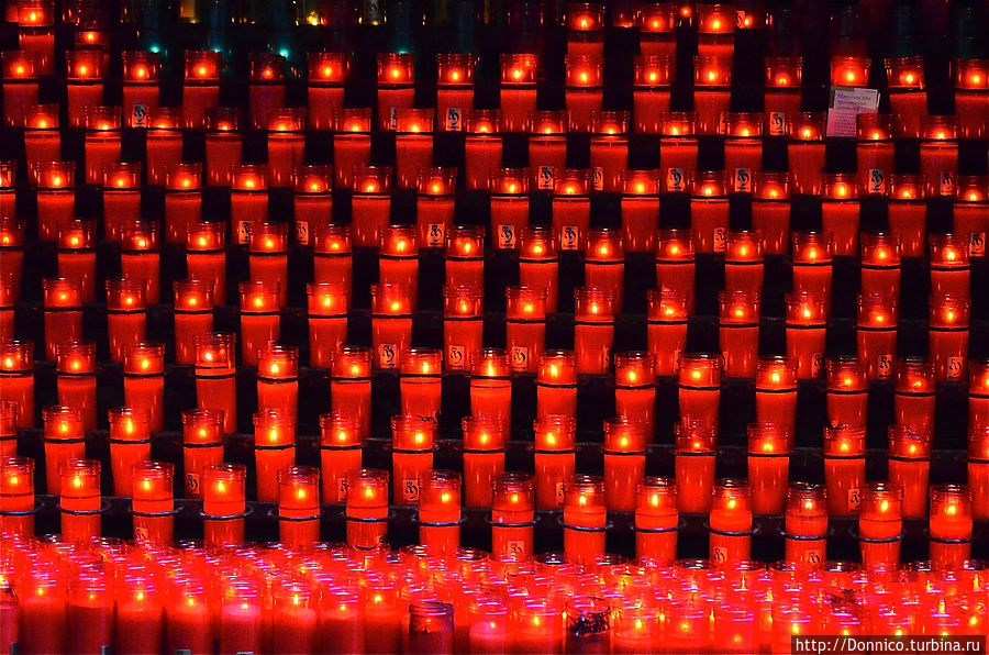 Свечи стоят в отдельном проходе справа от Базилики и для них существуют специальные углубления — вот композиция только из красных свечей