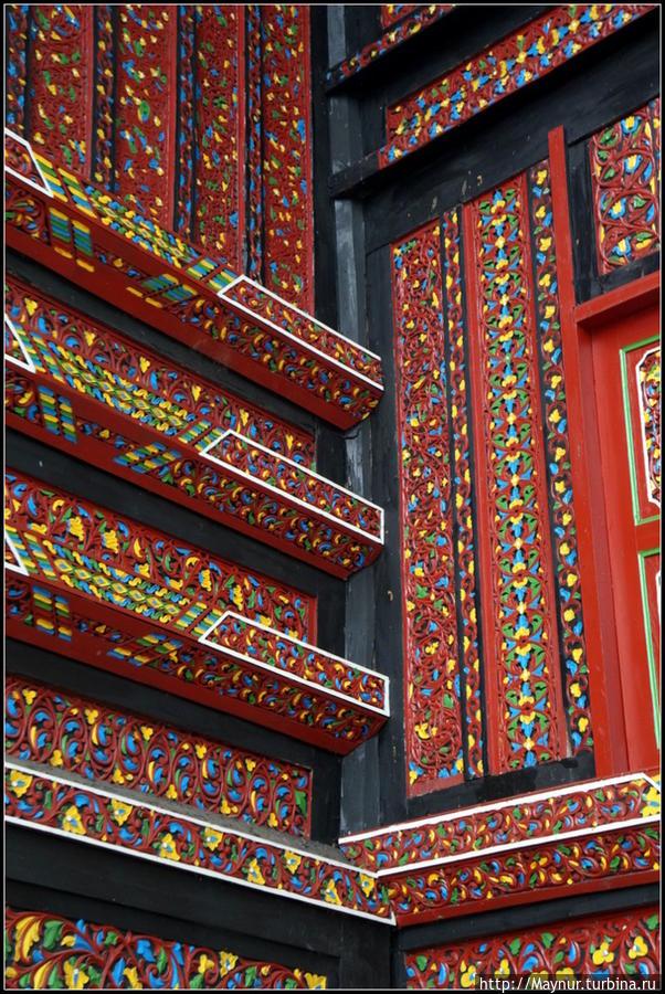 Снаружи  все  стены  музея   расписаны   яркими  красками.  На снимке  угол  здания. Букиттинги, Индонезия