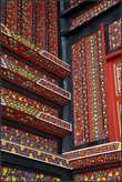 Снаружи  все  стены  музея   расписаны   яркими  красками.  На снимке  угол  здания.