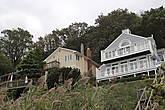 Дома смотрят на Нижний залив.