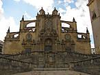 Ну вот мы и подошли к Кафедральному собору Хереса. Фасад здания можно долго разглядывать, поражаясь изяществу мелких деталей.