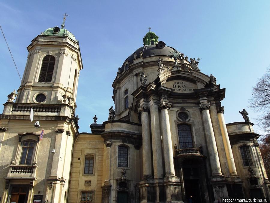 Колокольня XIX в в стиле необарокко находится в гармонии с классическим барочным костёлом XVIII в.