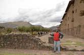 У большого и древнего храма в Ракчи, Перу
