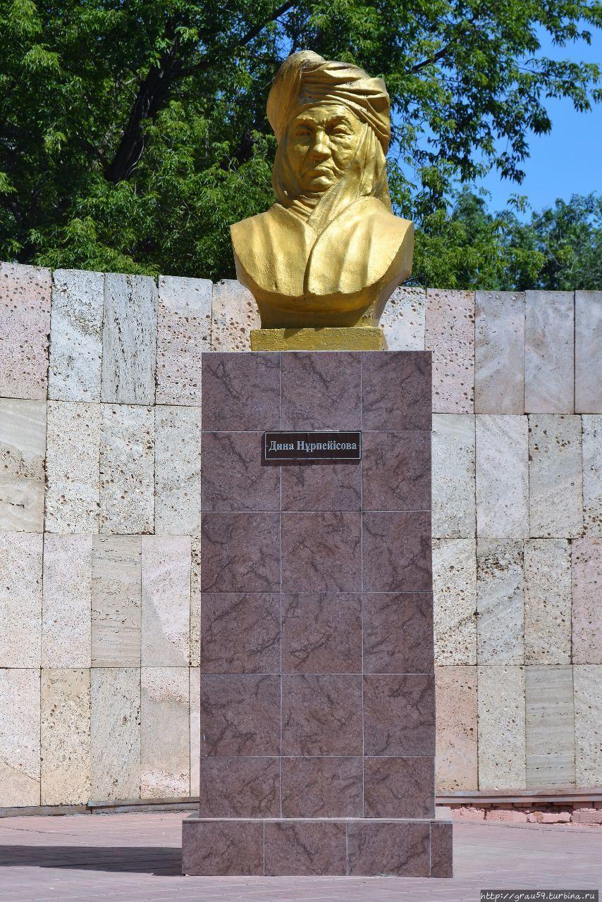 Памятник Дине Нурпеисовой Уральск, Казахстан