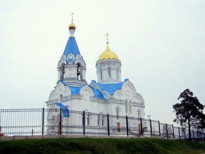 Храм во имя святых первоверховных апостолов Петра и Павла на ул. Октябрьской.