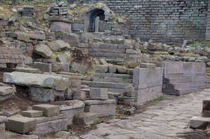 Некрополь   перед   городской   стеной.