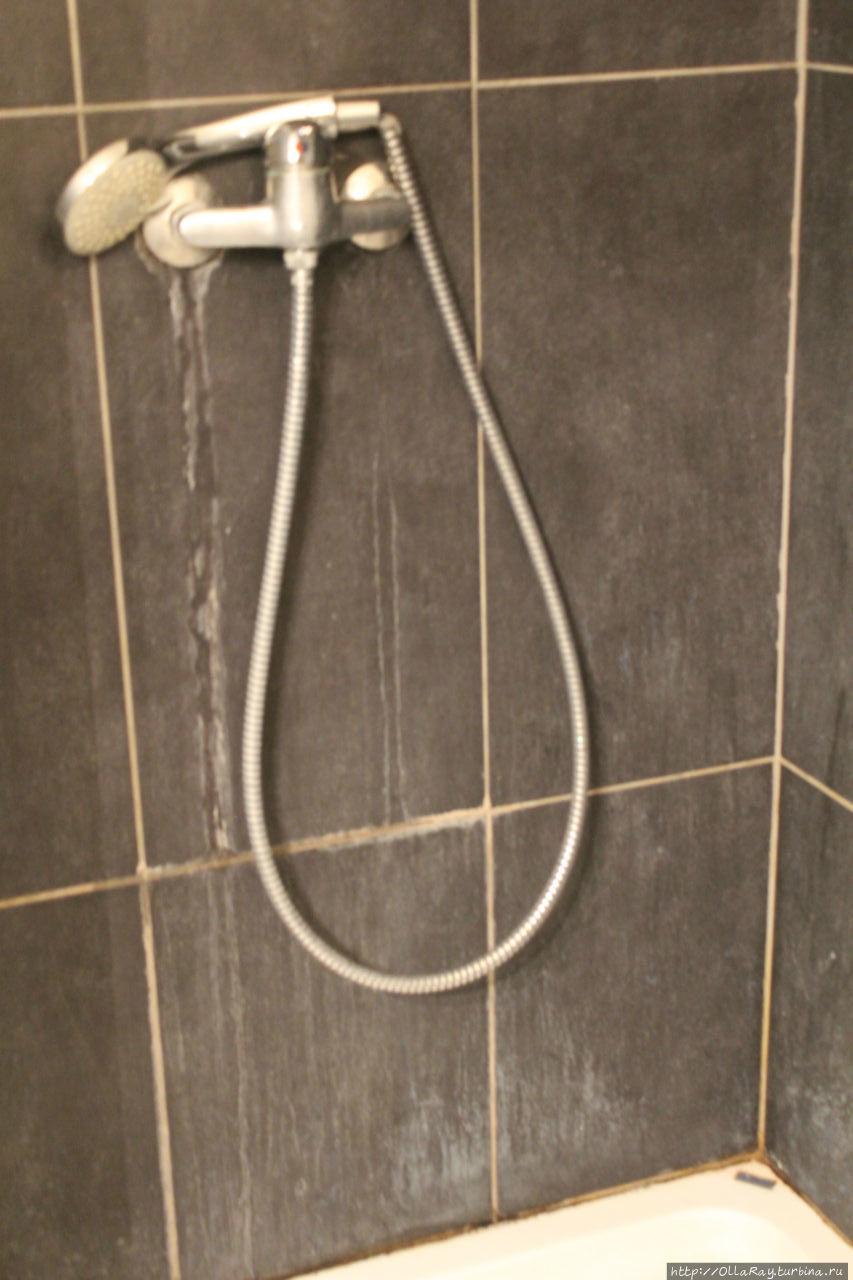 Душ и стена ванной после уборки за 40 евро перед заселением.