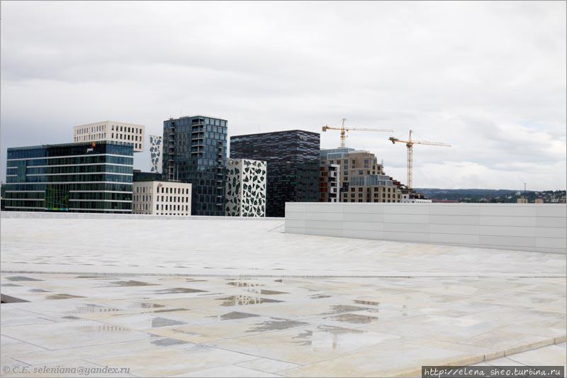 11. Крыша Оперного театра обширна, вокруг куба без окон без дверей можно ходить в разные стороны и обозревать окрестности.