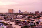 90. Идем на крышу стоянки, подышать свежим воздухом, поглядеть на закатно-розовый город. Хотя смотреть, по сути, не на что. Казино, отели и магазины, а вокруг живет обслуживающий персонал.