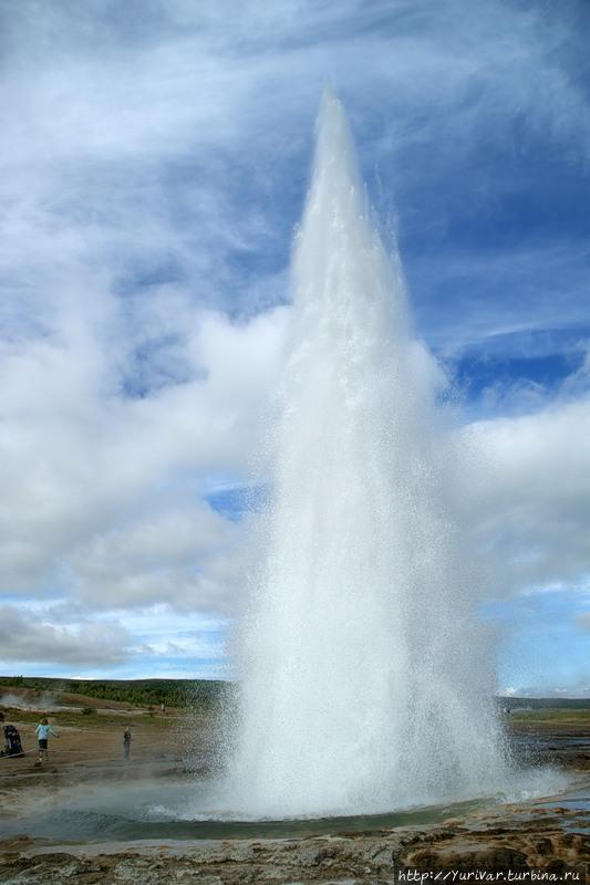 Гейзер Строккур работает как часы и поднимается на высоту до 35 метров Исландия