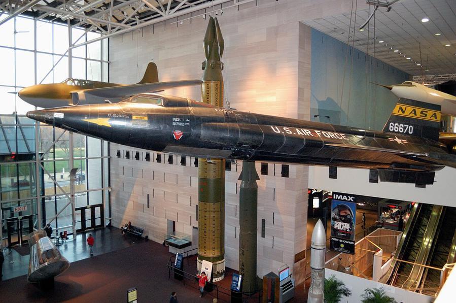 Ракетный самолет X-15, на котором в конце 1959-1968 были установлены рекорды скорости — 7,273 км/ч и высоты — 108 км. Запускался он из под крыла бомбардировщика B-52, так что фактически это была пилотируемая крылатая ракета.