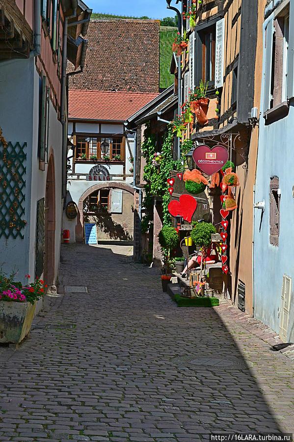 Виноделен в Риквире множество. В этом переулке,что находится прямо напротив таверны есть одна из них, где можно продегустировать, а затем и купить вино- там в конце переулка, по правую сторону.
