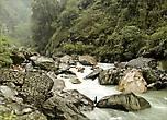 Река Моди-Кхола под горой у селения Джину