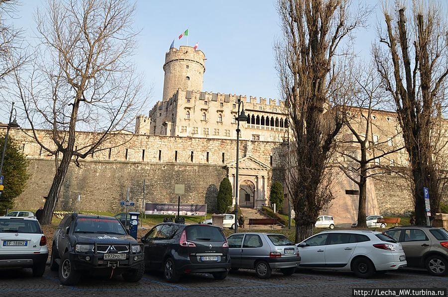 Piazza della Mostra напротив замок Буонконсильо (Castello del Buonconsiglio)
