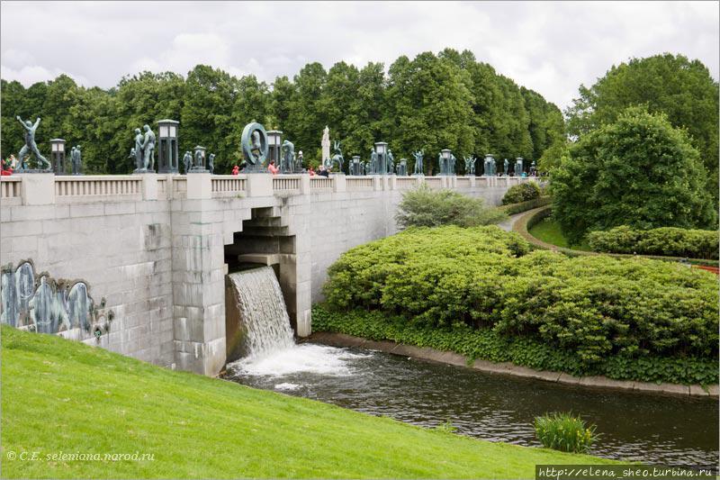 22. ... и вытекая с другой стороны. Мост имеет длину 100, ширину 15 метров. Это большое излишество для такой небольшой речки. Ясное дело, что дело тут вовсе не в речке, не для неё такой большой мост строился.